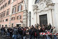 Lunga fila di tifosi romanisti al Roma Store di Piazza Colonna a Roma, 3 marzo 2009, per acquistare i biglietti per la gara di Champions League tra Roma ed Arsenal..UPDATE IMAGES PRESS/Riccardo De Luca