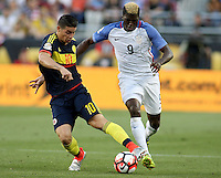 SANTA CLARA - UNITED STATES, 04-06-2016: Gyasi Zardes (Der) jugador de Estados Unidos (USA) disputa el balón con James Rodriguez (Izq) jugador de Colombia (COL) durante partido del grupo A fecha 1 por la Copa América Centenario USA 2016 jugado en el Levi's Stadium en Santa Clara, California, USA. /  Gyasi Zardes (R) player of United States (USA) fights the ball with James Rodriguez (L) player of Colombia (COL) during match of the group A date 1 for the Copa América Centenario USA 2016 played at Levi's Stadium in Santa Clara, California, USA. Photo: VizzorImage/ Luis Alvarez /Str