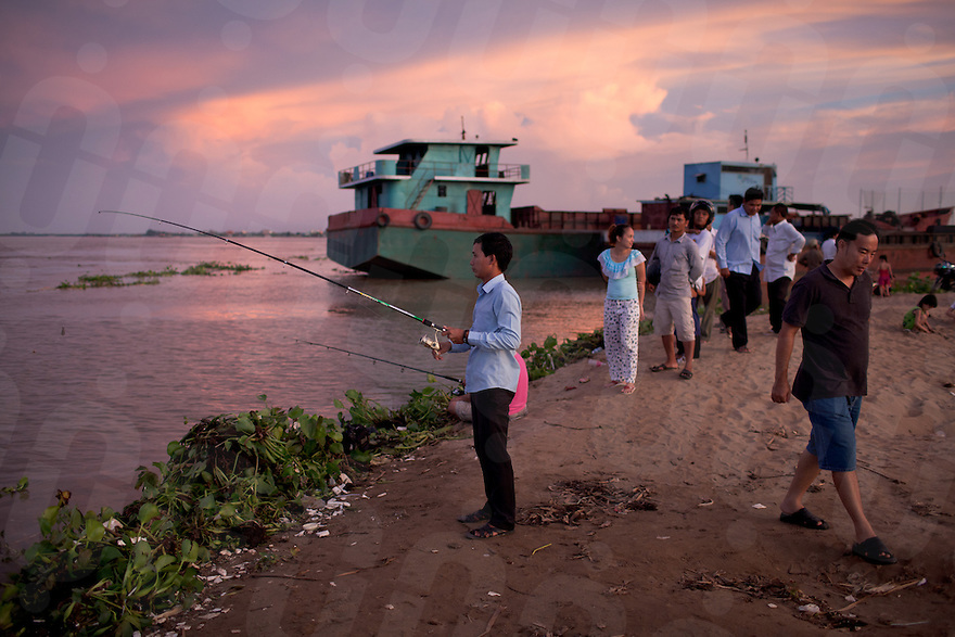 October 19, 2011 - Phnom Penh, Cambodia. People fish on the mekong river, on Koh Pich island. © Nicolas Axelrod / Ruom