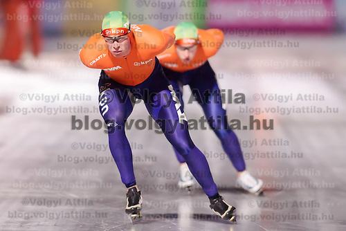 Nederland's Sven Kramer (L) won the Men's 10000m race of the Speed Skating All-round European Championships in Budapest, Hungary on January 8, 2012. ATTILA VOLGYI