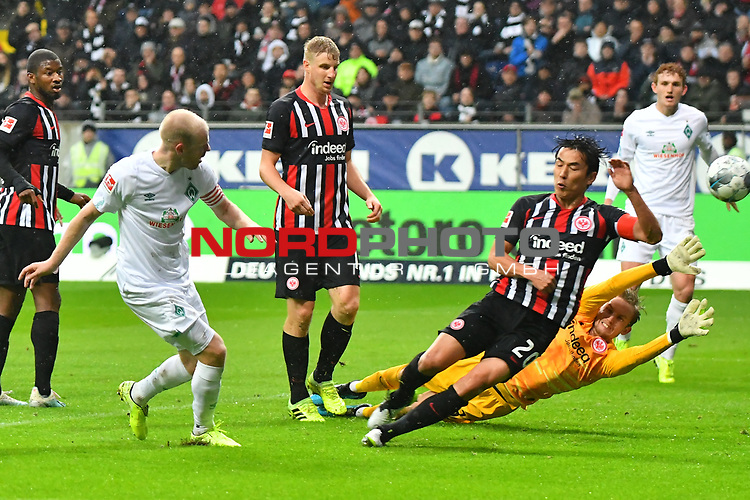 06.10.2019, Commerzbankarena, Frankfurt, GER, 1. FBL, Eintracht Frankfurt vs. SV Werder Bremen, <br /> <br /> DFL REGULATIONS PROHIBIT ANY USE OF PHOTOGRAPHS AS IMAGE SEQUENCES AND/OR QUASI-VIDEO.<br /> <br /> im Bild: Davy Klaassen (SV Werder Bremen #30) trifft das Tor zum 0:1 gegen Frederik Rönnow / Roennow (Eintracht Frankfurt #32)<br /> <br /> Foto © nordphoto / Fabisch