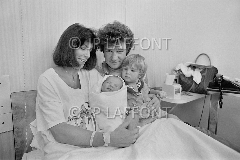 July 1979, Montreal, Quebec, Canada. Quebec singer and songwriter Robert Charlebois with his wife Laurence, their son Victor (18 months) and newly born son Jerôme, at the hospital. Robert Charlebois is an important figure in French music and his best known songs include Lindberg and Je reviendrai à Montréal. Image by © JP Laffont