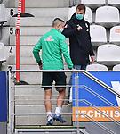 FussballFussball: agnph001:  1. Bundesliga Saison 2019/2020 27. Spieltag 23.05.2020<br /> SC Freiburg - SV Werder Bremen<br /> Marco Friedl (li, SV Werder Bremen) geht verletzt aus dem Innenraum des Scharzwald-Stadion Teammanager Tim Barten (re, SV Werder Bremen) auf der Tribuene<br /> FOTO: Markus Ulmer/Pressefoto Ulmer/ /Pool/gumzmedia/nordphoto<br /> <br /> Nur für journalistische Zwecke! Only for editorial use! <br /> No commercial usage!