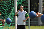 NORDERNEY Trainer Thomas Schaaf bleibt Norderney treu. Nachdem er bereits elfmal mit Fu&szlig;ball-Bundesligist Werder Bremen ins Trainingslager auf die Nordseeinsel gefahren ist, um sein Team auf eine Saison vorzubereiten, will er die Sportpl&auml;tze und die dort gebotene Betreuung auch f&uuml;r seinen neuen Verein, Eintracht Frankfurt, nutzen. Das Trainingslager ist f&uuml;r die Zeit vom 6. bis 12. Juli geplant.<br /> Archiv aus: FBL 09/10 Traininglager  Werder Bremen Norderney 2007 Day 03<br /> Konditionstraining Sonntag morgen<br /> <br /> <br /> Thomas Schaaf ( Bremen GER - Trainer  COACH) schaut beim Training zu<br /> <br /> Foto &copy; nph (nordphoto) <br /> <br /> <br /> <br />  *** Local Caption ***