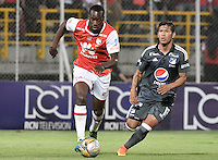 BOGOTÁ -COLOMBIA, 28-08-2016. Baldomero Perlaza (Izq.) jugador de Santa Fe disputa el balón con Rafael Carrascal (Der.) jugador de Millonarios durante partido entre Independiente Santa Fe y Millonarios por la fecha 10 de la Liga Aguila II 2016 jugado en el estadio Metropolitano de Techo de la ciudad de Bogota.  / Baldomero Perlaza (L) player of Santa Fe struggles for the ball with Rafael Carrascal (R) player of Millonarios during match between Independiente Santa Fe and Cortulua for the date 10 of the Liga Aguila II 2016 played at the Metropolitano de Techo Stadium in Bogota city. Photo: VizzorImage/ Gabriel Aponte / Staff