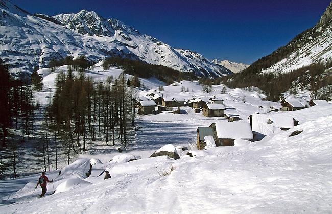 Savoie, Haute Tarentaise, randonnee en raquettes au Hameau du Monal, Bourg Saint-Maurice. *** Snowsheing at hameau du Monal near Bourg Saint-Maurice in High Tarentaise, Savoie.