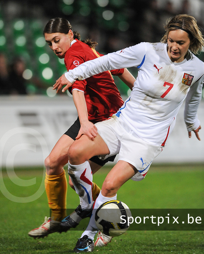 Belgium - Czech Republic : duel tussen Audrey Demoustier (links) en Lucie Martinkova (rechts).foto DAVID CATRY / Vrouwenteam.be