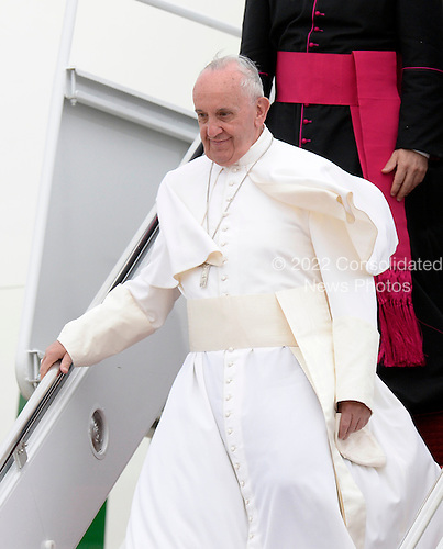 His Holiness Pope Francis arrives at Joint Base Andrews in Maryland on September 22, 2015. The Pope is making his first trip to the United States on a three-city, five-day tour that will include Washington, D.C., New York City and Philadelphia. <br /> Credit: Olivier Douliery / Pool via CNP