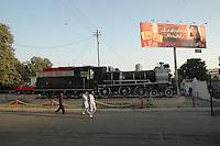 Karatchi / Pakistan..Pakistanische Getränke Werbung und Historische Lokomotive auf dem vorplatz des Hauptbahnhof von Karatchi (Cantonment Railway Stadion) an der Dr. Daud Pota Road