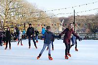 Nederland - Arnhem  - 17 december 2017.  Op 16 en 17 december vond Landleven Winter plaats in het Nederlands Openluchtmuseum. Schaatsen op de schaatsbbaan.    Foto Berlinda van Dam / Hollandse Hoogte.