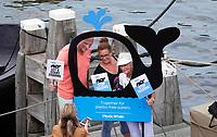 Nederland-  Amsterdam - 2019.  Pride Plastic Fishing. Plastic vissen in de grachten de dag na de Canal Parade. Plastic Whale wil samen met alle Amsterdammers de stad plasticvrij maken. Daarom organiseren zij o.a. jaarlijks twee verschillende publieke events; Het Koningsvissen en de Pride Plastic Fishing. Plastic Whale is de eerste professionele plastic fishing company ter wereld. Een social enterprise met een missie: Het water plastic vrij maken. Dat wordt gedaan door met zoveel mogelijk mensen plastic te vissen. Van het opgeviste plastic worden o.a. sloepen en meubels gemaakt.   Foto mag niet in negatieve / schadelijke context gepubliceerd worden.    Foto Berlinda van Dam / Hollandse Hoogte