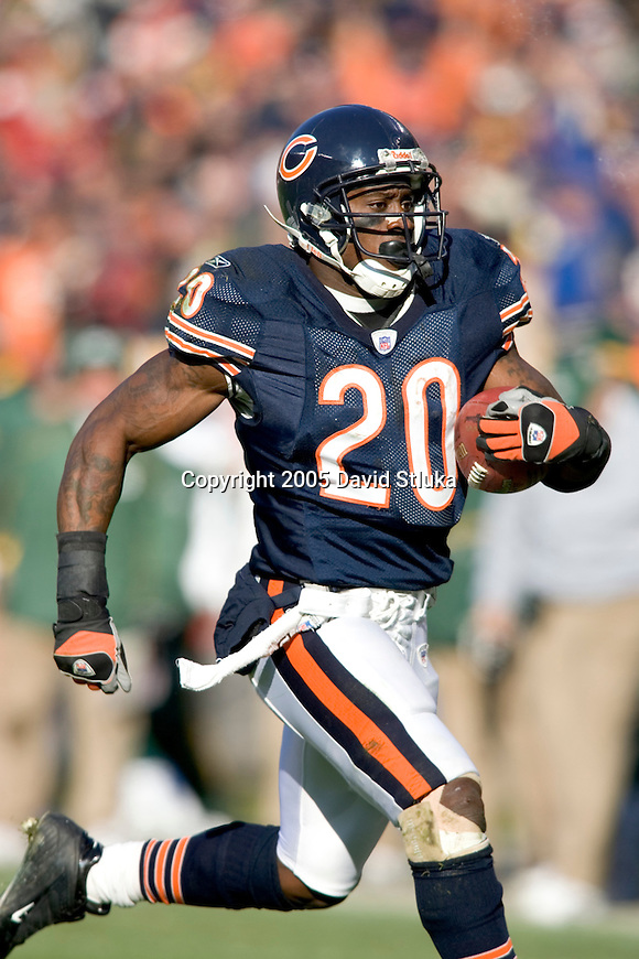 Chicago Bears running back Thomas Jones (20) during an NFL football game against the Green Bay Packers on December 4, 2005 at Soldier Field in Chicago, Illinois. The Bears defeated the Packers 19-7. (Photo by David Stluka)