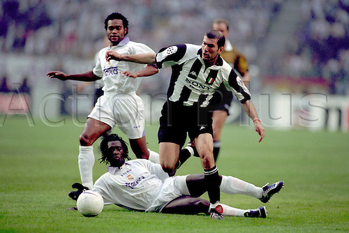 20/05/1998 Real Madrid v Juventus. Real Madrid Champions League Winners 1998 in Amsterdam. Real Madrid won the game 1-0 with a goal from Mijatovic. In picture Zinedine Dine Zidane Juventus right against Clarence Seedorf and Christian Karembeu both Real Madrid.