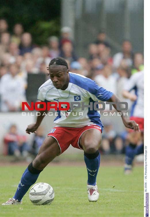 BL 2005/2006 <br /> Freundschaftsspiel<br /> VfL Pinneberg vs Hamburger SV<br /> Einzelaktion Emile Mpenza<br /> Foto &copy; nordphoto / Anja Heinemann<br /> <br /> <br /> <br />  *** Local Caption *** Foto ist honorarpflichtig! zzgl. gesetzl. MwSt.<br /> <br /> Belegexemplar erforderlich<br /> <br /> Adresse: nordphoto<br /> <br /> Georg-Reinke-Strasse 1<br /> <br /> 49377 Vechta