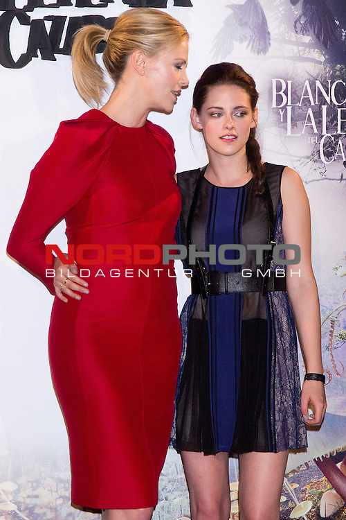 "17.05.2012. Presentation at the Casa de America in Madrid ""SnowWhite and The Legend of the Hunter"" with the presence of the actors Charlize Theron, Kristen Stewart and Sam Claflin and its director. In the image Charlize Theron and Kristen Stewart Foto © nph / Marta Gonzalez) *** Local Caption ***"
