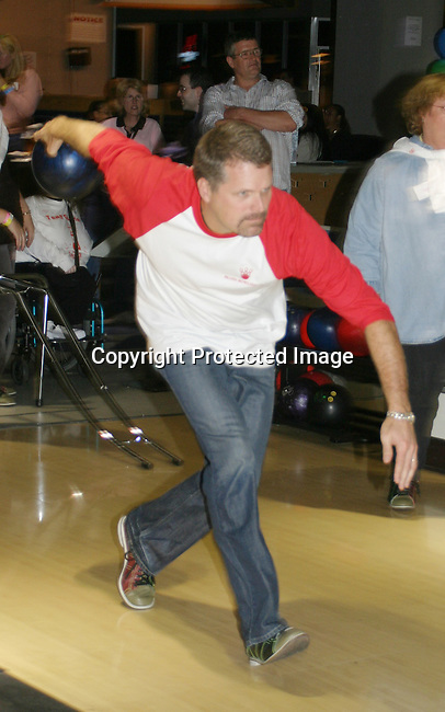 """Guiding Light's Robert Newman """"Josh Lewis"""" bowls at the """"Bloss"""" Bowling Event during the Guiding Light weekend on October 15, 2005 at the Port Authority, NY (Photo by Sue Coflin)"""