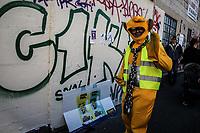 Manifestazione per il clima, manifestante vestito da orso con gilet jaune