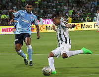 MEDELLÍN -COLOMBIA-20-12-2015. Macnelly Torres (Der) jugador de Atlético Nacional disputa el balón con Luis Narvaez (Izq) jugador de Atlético Junior durante partido de vuelta de la final de la Liga Aguila II 2015 entre Atlético Nacional y Atlético Junior jugado en el estadio Atanasio Girardot de la ciudad de Medellín. / Macnelly Torres (R) player of Atletico Nacional vies for the ball with Luis Narvaez (L) player of Atlético Junior during second leg match of the final of Aguila League II 2015 between Atletico Nacional and Atletico Junior played at Atanasio Girardot stadium in Medellin city. Photo: VizzorImage/ Felipe Caicedo / Staff