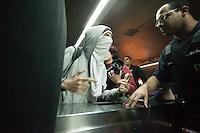 SAO PAULO, SP, 05.09.2013 - PROTESTO FORA ALCKMIN - Manifestantes realizam protesto contra o governador Geraldo Alckmin, na noite desta quinta-feira (05), em frente ao Teatro Municipal, no centro de São Paulo. (Foto: Warley Leite / Brazil Photo Press).