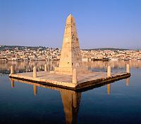 Greece, Cephalonia (Ionian island), Argostoli: Monument and View of Town | Griechenland, Kefalonia (Ionische Insel), Argostoli: Blick von der Drapano Bridge auf die Stadt und einen Obelisk, der an die britische Verwaltung erinnert