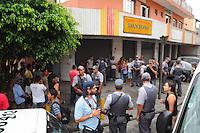 SAO BERNARDO DO CAMPOS, SP, 07 DEZEMBRO 2012 - ASSALTO COM REFENS - Um homem manteve uma mulher refém nos fundos da Panificadora Dantoni, na Rua Pedro Cecol, no bairro Montanhão, em São Bernardo do Campo, Grande São Paulo, no início da noite desta sexta-feira (7). Segundo informações da polícia, o rapaz, conhecido como Éverton, teria invadido a padaria por volta das 18h, seguiu em direção à mulher a quem fez refém armado com uma faca. Ela seria uma ex- namorada dele. Depois de uma hora e meia de ameaças, ele se entregou à polícia.  (FOTO: ADRIANO LIMA / BRAZIL PHOTO PRESS).