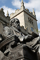 United Kingdom, England, Shropshire, Shrewsbury: Charles Darwin statue outside Shrewsbury Library, Castle Street | Grossbritannien, England, Shropshire, Shrewsbury: die Charles Darwin Statue vor der Shrewsbury Library in der Castle Street