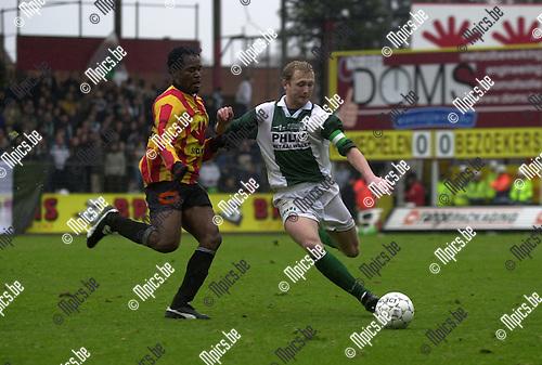 KV Mechelen - Racing Mechelen : Uzoma Igwe (KV) maakt het Sven Van de Put lastig.