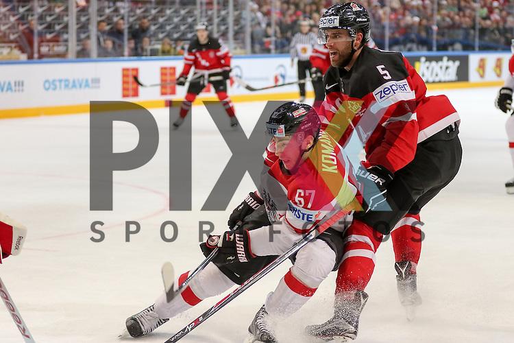 Oestereichs Komarek, Konstantin (Nr.67) im Zweikampf mit Canadas Ekblad, Aaron (Nr.5)  im Spiel IIHF WC15 Kanada vs. Oestereich.<br /> <br /> Foto &copy; P-I-X.org *** Foto ist honorarpflichtig! *** Auf Anfrage in hoeherer Qualitaet/Aufloesung. Belegexemplar erbeten. Veroeffentlichung ausschliesslich fuer journalistisch-publizistische Zwecke. For editorial use only.