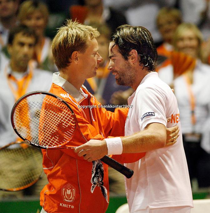 21-9-07, Netherlands, Rotterdam, Daviscup NL-Portugal, Raemon Sluiter valt in de armen van captain Siemerink na zijn overwinning op Gil