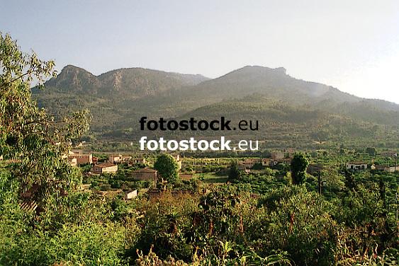 view over the plantations of S&oacute;ller towards the hills of the Tramontana mountains<br /> <br /> vista sobre la Huerta de S&oacute;ller hac&iacute;a las colinas de la Serra de Tramontana (cat.: Sierra de Tramuntana)<br /> <br /> Blick &uuml;ber die Huerta (Obstg&auml;rten) von S&oacute;ller auf die H&uuml;geln des Tramontana Gebirges<br /> <br /> Original: 35 mm