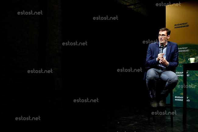 """UNGARN, 16.10.2019, Budapest - VIII. Bezirk. Der frisch gewaehlte neue Oberbuergermeister Budapests (MSZP-Párbeszéd), Gergely Karácsony, bei seiner ersten Pressekonferenz. Hinter ihm sein Wahlslogan: """"Budapest gehoert allen!""""   The freshly elected lord mayor of Budapest (MSZP-Dialogue for Hungary), Gergely Karacsony during his first press conference. Behind him his election slogan: """"Budapest belongs to everyone!""""<br /> ©  Szilard Vörös/EST&OST"""