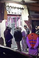 Arzano Duplice omicidio in un centro estetico.Ciro Casone e Vincenzo Ferranti sono stati uccisi come nel film gomorra <br /> nella foto i curiosi e le forze dell'ordine all'esterno del centro estetico di via luigi rocco<br /> foto
