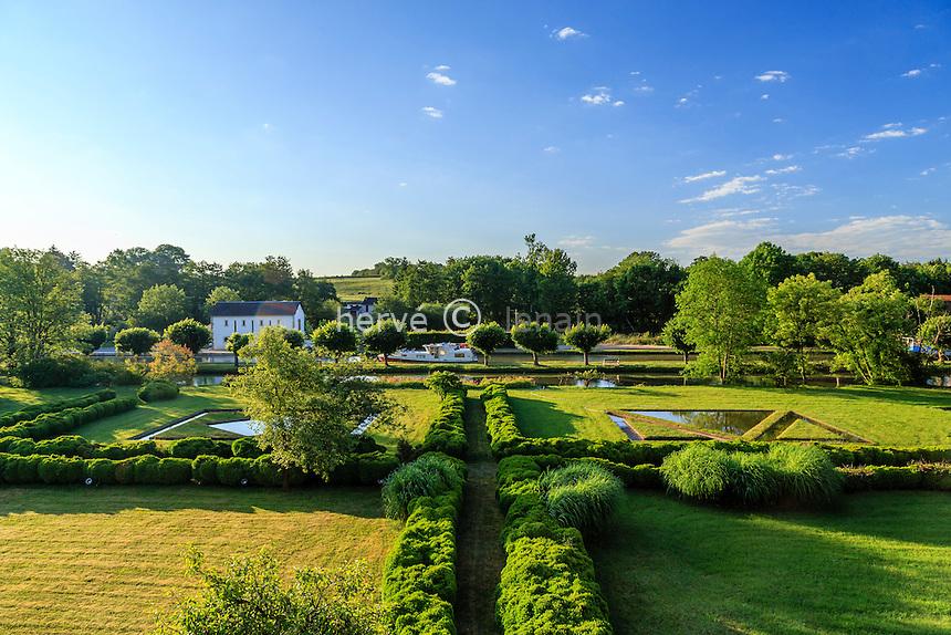 France, Nièvre (58), Châtillon-en-Bazois, le jardin du château de Châtillon-en-Bazois et le canal du Nivernais au bout // France, Nievre, Chatillon en Bazois, the garden of the castle of Chatillon en Bazois and the canal du Nivernais