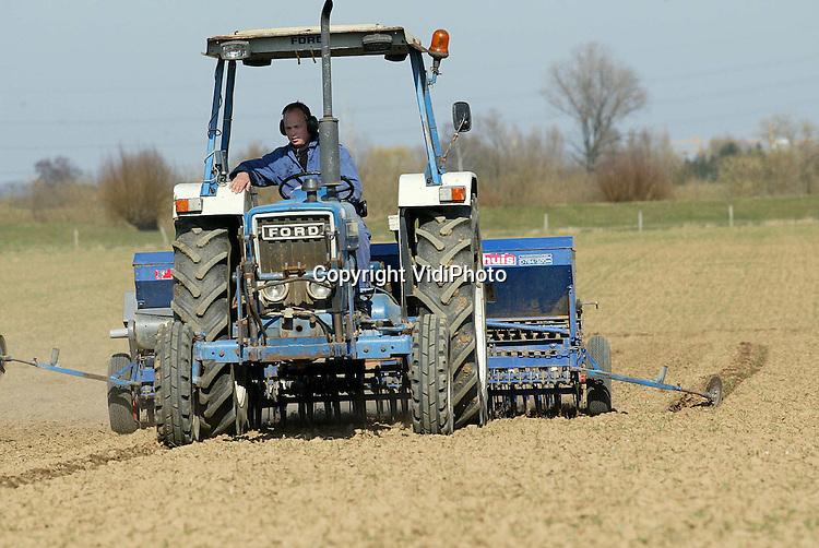 13la2..Foto: VidiPhoto..AERDT - Akkerbouwer Willem Eunk uit Aerdt zaait zijn wintertarwe door met zomertarwe. Door ganzenvraat en uitwintering is een deel van zijn wintertarwe verloren gegaan.