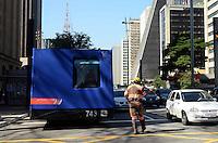 SAO PAULO, 29 DE JUNHO DE 2012 - ATO PELA MOBILIDADE URBANA - Replica de um vagao do Metro em manifestacao por melhorias no transporte publicoem manifestacao da CUT na avenida Paulista, regiao central da capital. FOTO: ALEXANDRE MOREIRA - BRAZIL PHOTO PRESS