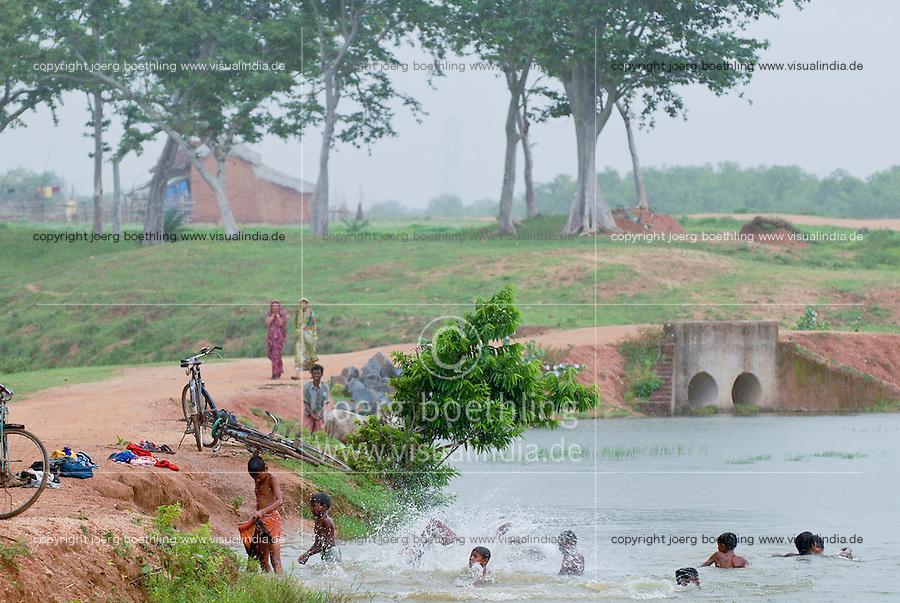 INDIEN Westbengalen , Badefreuden im Monsun - Kinder / INDIA Westbengal children take bath in Monsoon rain