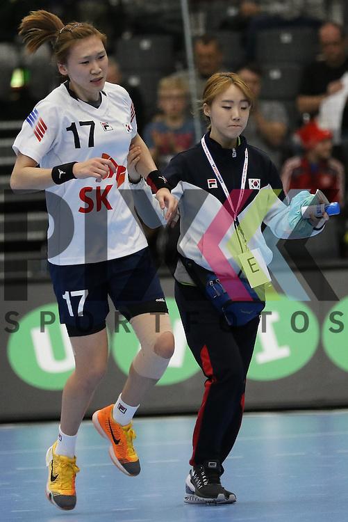 Kolding (DK), 010.12.15, Sport, Handball, 22th Women's Handball World Championship, Vorrunde, Gruppe C, Deutschland-S&uuml;d Korea : Sim Haein (S&uuml;d Korea, #17) muss verletzt ausscheiden<br /> <br /> Foto &copy; PIX-Sportfotos *** Foto ist honorarpflichtig! *** Auf Anfrage in hoeherer Qualitaet/Aufloesung. Belegexemplar erbeten. Veroeffentlichung ausschliesslich fuer journalistisch-publizistische Zwecke. For editorial use only.