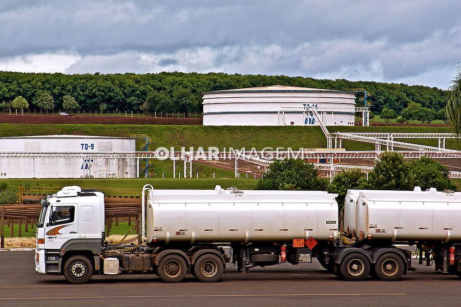 Tanques de armazenamento de combustível e transporte de etanol na Usina São Martinho. Pradopolis. Sao Paulo. 2006. Foto de Alf Ribeiro.