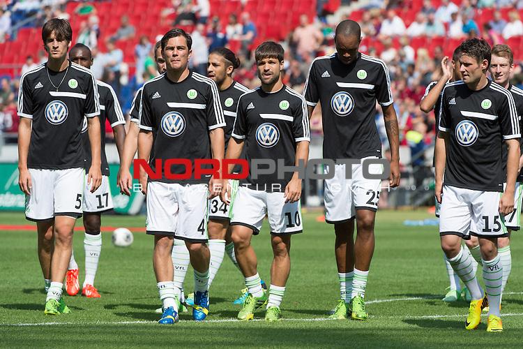 10.08.2013, HDI-Arena, Hanoover, GER, 1.FBL, Hannover 96 vs VFL Wolfsburg, im Bild<br /> <br /> Naldo (Wolfsburg #25) Diego (Wolfsburg #10) Jan Pol&aacute;k (Wolfsburg #29) Sebastian Pr&ouml;dl / Proedl (Bremen #15) Timm Klose (Wolfsburg #5) Ricardo Rodr&iacute;guez (Wolfsburg #34) Marcel Sch&auml;fer (Wolfsburg #4) in der Fankurve vor dem Spiel<br /> Foto &copy; nph / Kokenge