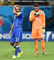 FUSSBALL WM 2014  VORRUNDE    Gruppe D     England - Italien                         14.06.2014 Enttaeuschte Italiener: Andrea Pirlo (li) und Torwart Salvatore Sirigu (re, Italien)