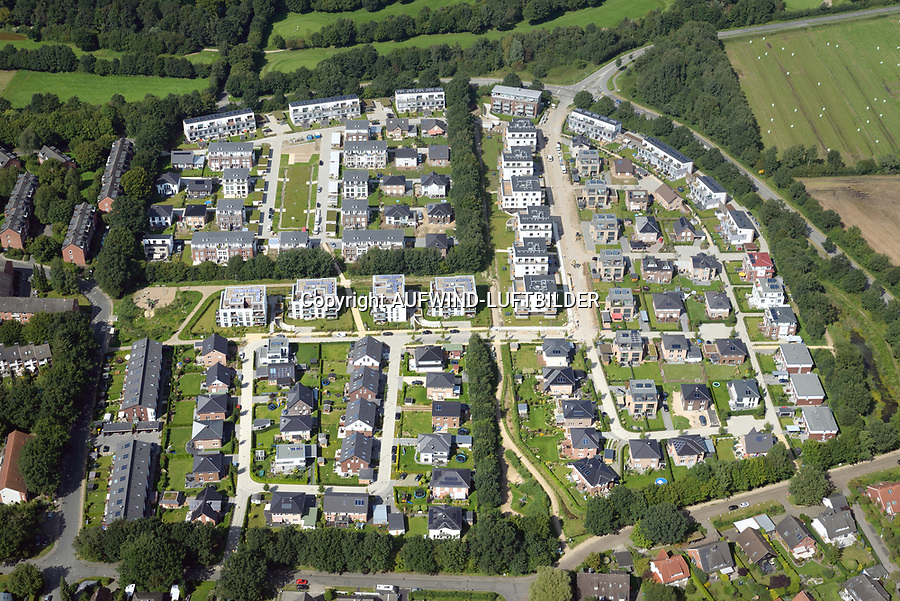 Auf dem langen Asper: EUROPA, DEUTSCHLAND, SCHLESWIG- HOLSTEIN, REINBEK, WENTORF (GERMANY), 24.08.2017:   Auf dem langen Asper, Wentorf bei Hamburg in Schleswig-Holstein grenzt an den Stadtteil Bergedorf. Bei dem Grundstück (ehemalig landwirtschaftlich genutzt) handelt es sich um die letzte große Wohnbauentwicklungsfläche der Gemeinde Wentorf. Im Norden und Westen verläuft die Kreisstraße L222, dahinter grenzen Naherholungsflächen an. Die Qualität der Fläche resultiert u.a. aus vorhandenen Knicks und der Einbindung in das moderne Baugebiet