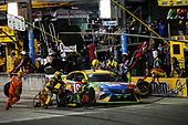 #18: Kyle Busch, Joe Gibbs Racing, Toyota Camry M&M's, pit stop