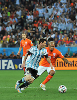 SAO PAULO - BRASIL -09-07-2014. Lionel Messi (#10) jugador de Argentina (ARG) disputa un balón con Nigel De Jong (#6) jugador de Holanda (NED) durante partido de las semifinales por la Copa Mundial de la FIFA Brasil 2014 jugado en el estadio Arena de Sao Paulo./ Lionel Messi (#10) player of Argentina (ARG) fights the ball with Nigel De Jong (#6) player of Netherlands (NED) during the match of the Semifinal for the 2014 FIFA World Cup Brazil played at Arena de Sao Paulo stadium. Photo: VizzorImage / Alfredo Gutiérrez / Contribuidor
