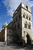 spätgotischer Turm in Gangi (14.Jh.), Sizilien, Italien