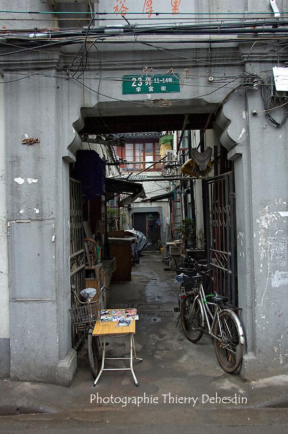 L'entrée d'un Lilong..Shanghai, February 2006.