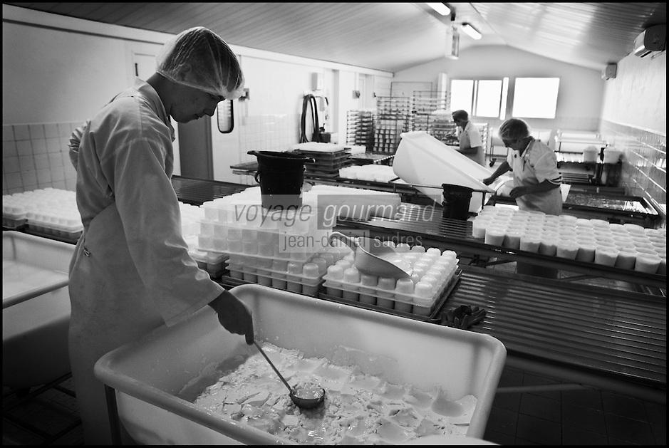Europe/France/Poitou-Charentes/79/Deux-Sèvres/Villemain: Fromagerie à la ferme de Paul Gorgelet: Le Petit Boisselage -  Moulage des Chabichous du Poitou