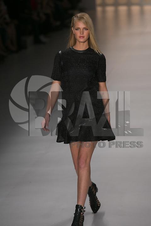 SAO PAULO, SP, 21 DE MARÇO DE 2013. SPFW - PRIMAVERA VERAO 2013 COLCCI. . A top model americana Erin Heatherton desfila para a marca Colcci na SPFW. A marca Colcci apresenta sua coleção verão  2014 no quarto dia de desfiles da Sao Paulo Fashion Week - verão 2014 no Pavilhão da Bienal. FOTO ADRIANA SPACA/BRAZIL PHOTO PRESS