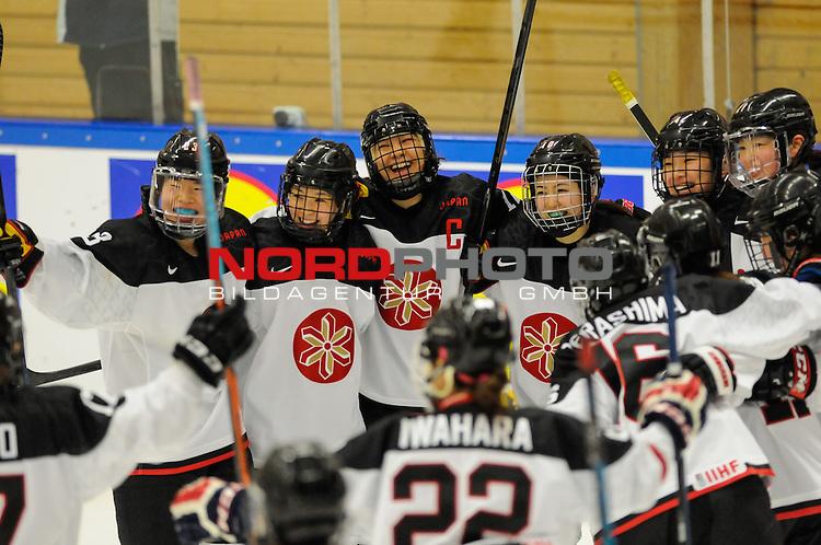 01.04.2015, Rosengards Ishall, Malm&ouml; , SWE, IIHF Eishockey Frauen WM 2015, Deutschland (GER) vsJapan (JPN), im Bild, &Uuml;bergl&uuml;cklich, die Japanerinnen nach dem 3:2 nach Verl&auml;ngerung, Chiho OSAWA (#12, JPN)<br /> <br /> <br /> ***** Attention nur f&uuml;r redaktionelle Berichterstattung *****<br /> <br /> Foto &copy; nordphoto / Hafner