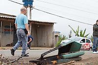 MOGI DAS CRUZES ,SP, QUARTA FEIRA ,02 DE OUTUBRO DE 2013 , RECONSTITUICAO DO ATROPELAMENTO QUE MATOU SEIS EM MOGI DAS CRUZES SP , Policiais foram ate o local do atropelamento que matou seis pessoas em Mogi das Cruzes no bairro Conjunto Santo Angelo na grande Sao Paulo, uma testemunha fez a reconstituicao do trajeto que teria feito no dia ate o local do acidente que aconteceu no ultimo sabado de madrugada (29) , Alex Batista Lopez e testemunha ,FOTO :WARLEY LEITE /. BRAZIL PHOTO PRESS