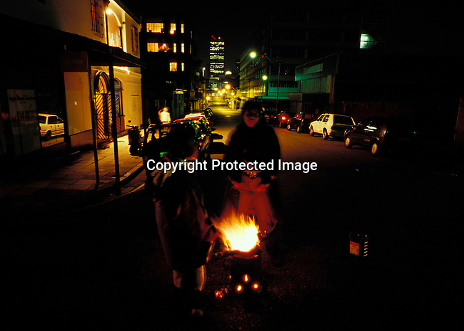 disipov00080 .Social Issues. Poverty. Johannesburg.  South Africa. Unidentified street people in downtown Johannesburg, South Africa.  Fire..©Per-Anders Pettersson/iAfrika Photos